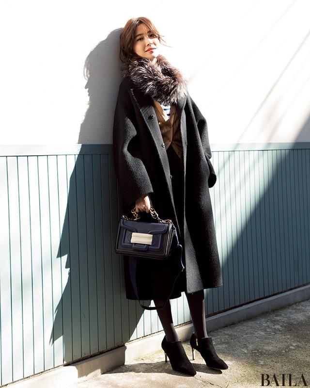「スカートスタイルの上に黒のゆるっとコート」のギャップで大人っぽく! _1