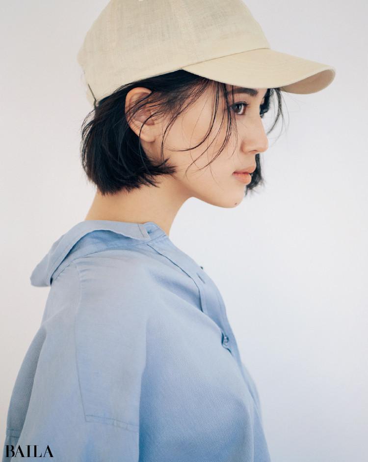 メンズライクなブルーシャツコーデの藤井夏恋