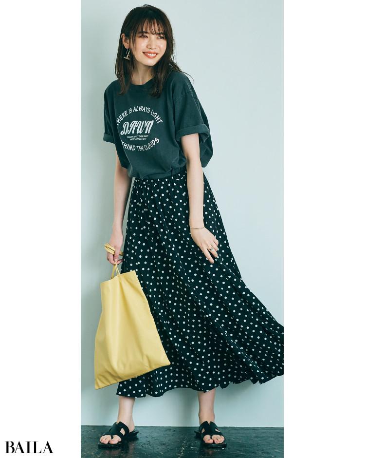 ロングスカートとロゴTコーデの宮田聡子