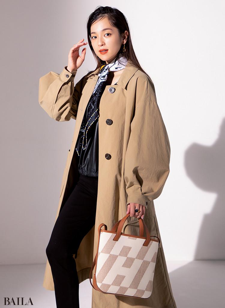 中村アン スカーフ「スペース・ダービー」¥52000・バッグ「H・アン・ビエ」(27×25×10)¥338000・ピアス「オーマイヨン」¥68000・リング「エリタージュ」¥58000/エルメスジャポン(エルメス)