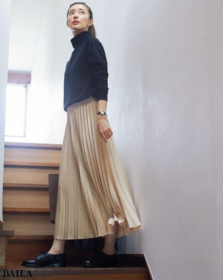 プリーツスカートとタートルニットのコーデ