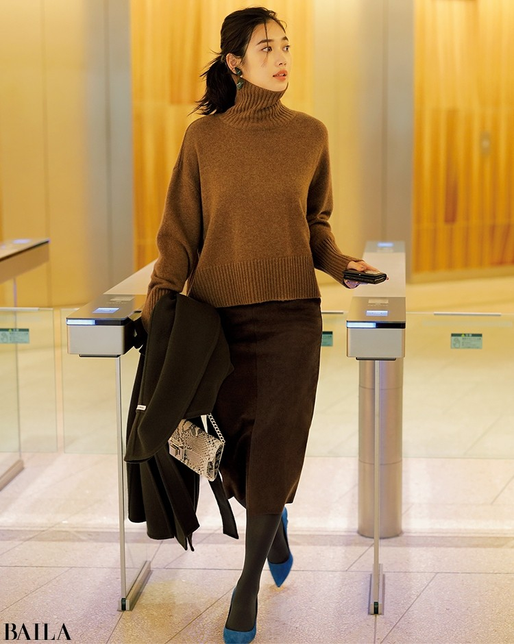 美人度MAXのスエードタイト調スカートは、なにげないビッグニットでさらっと着る
