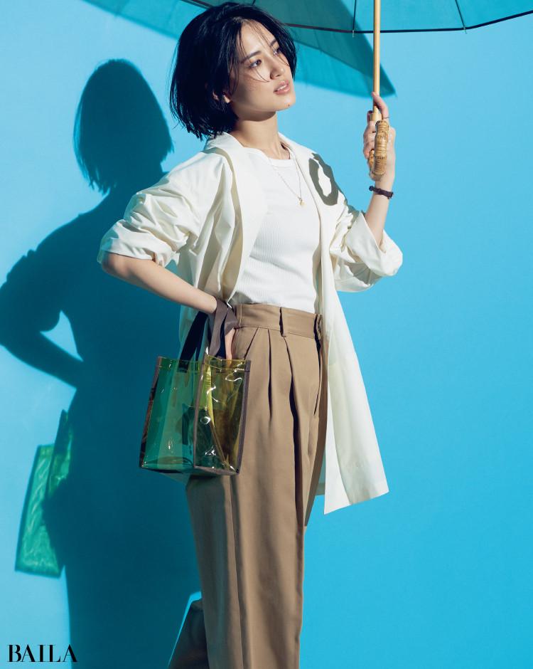 撥水性を備えた白ジャケットコーデの藤井夏恋