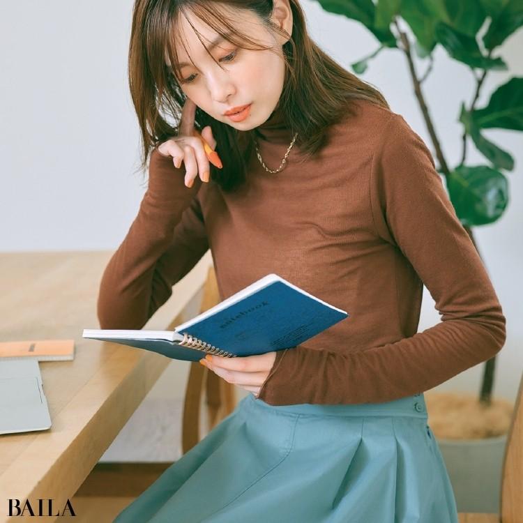 きれい色スカートとブラウントップスコーデの宮田聡子
