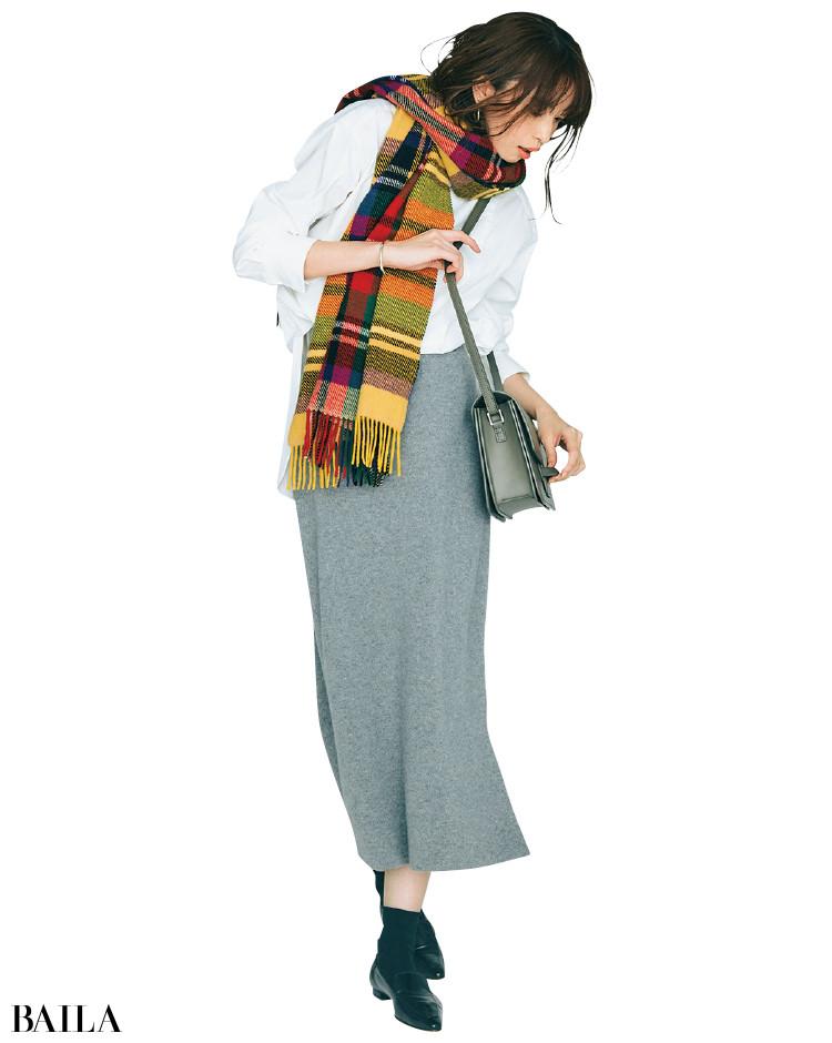 スウェットタイトスカートとチュニック丈白ブラウスのコーデ