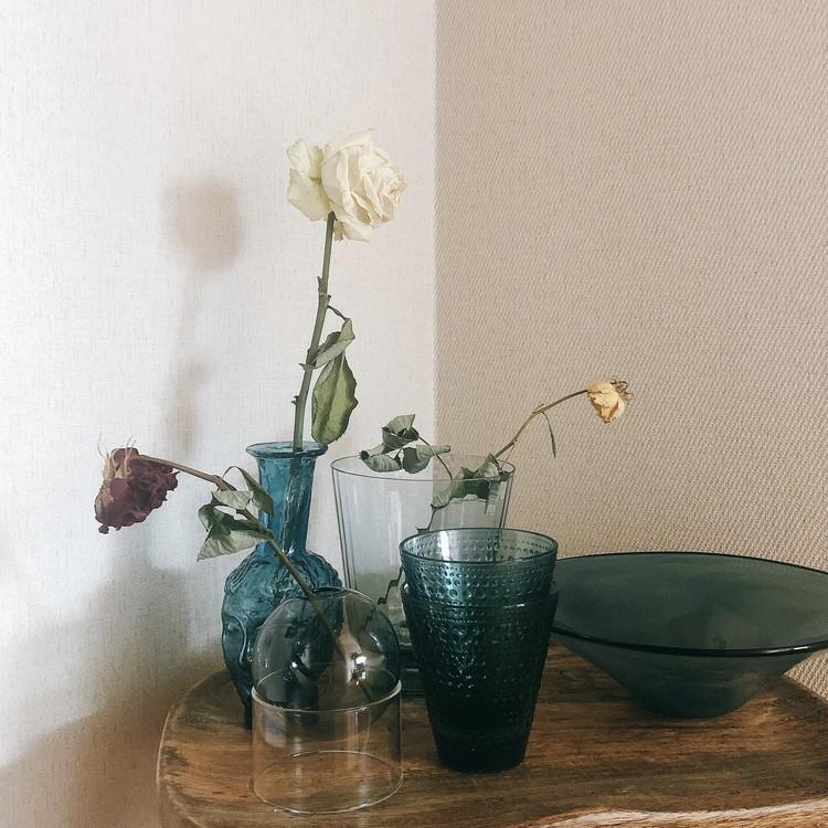 【エディターのおうち私物#22】花も料理も素敵に見える、スモークブルーのガラスの器_1