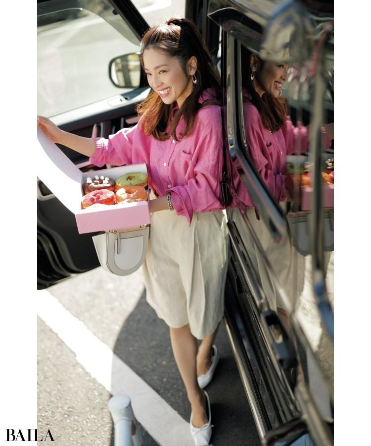 【day4】ドーナツの差し入れを持って、午後からの撮影現場へ。鮮やかなピンクのリネンシャツが、ドライブのパートナー