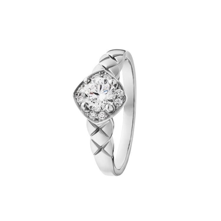 「ココクラッシュ」エンゲージメントリング(PT×ダイヤモンド)¥455000~/シャネル