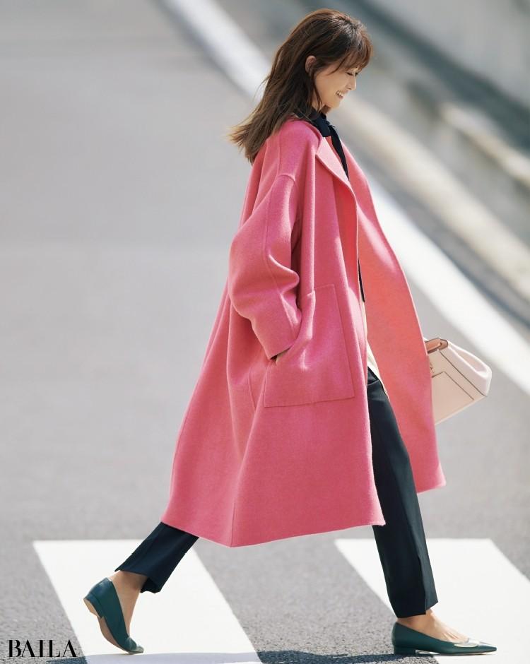 ピンクのコートには新鮮に映えるグリーンのフラットシューズで。