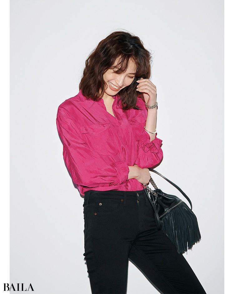 黒パンツ×ピンクシャツ