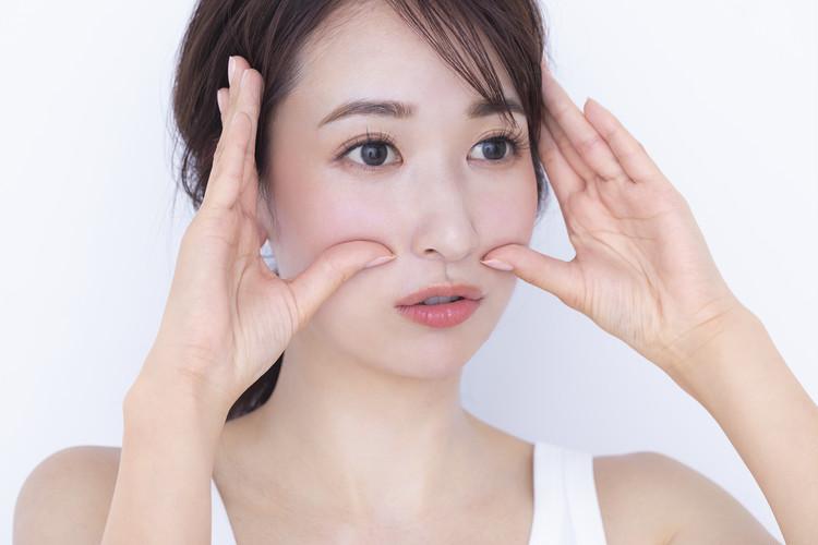 親指で頬骨下から圧をかけながら「あ」と口を開き、「ぐ」と口をすぼめるように動かす
