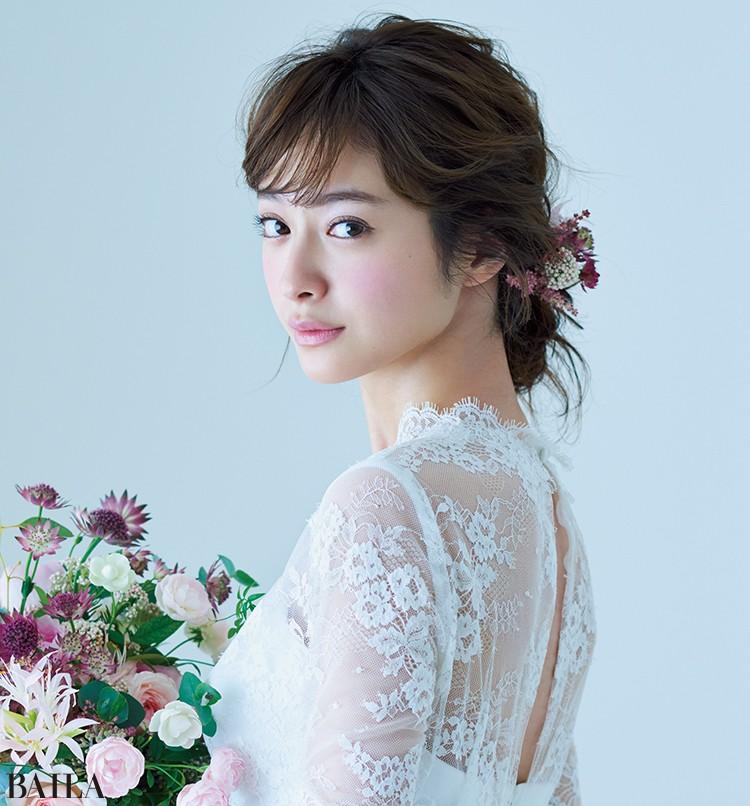 ドレス(セミオーダー)¥358000・(レンタル)¥268500/ウーアンジュ ブーケ¥20000〜・生花へアパーツ¥5000〜/figue
