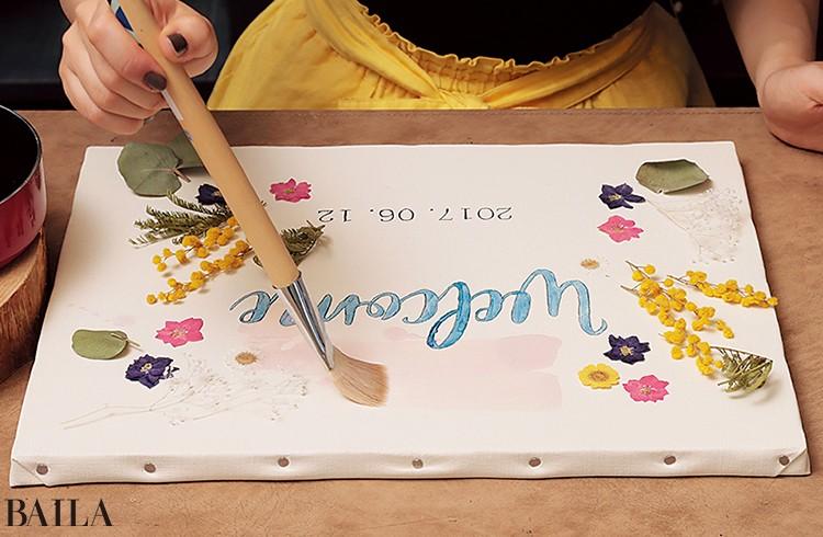 6ろうそくを鍋で温め、液体にする。それを 筆で、花の上から塗り固定していく