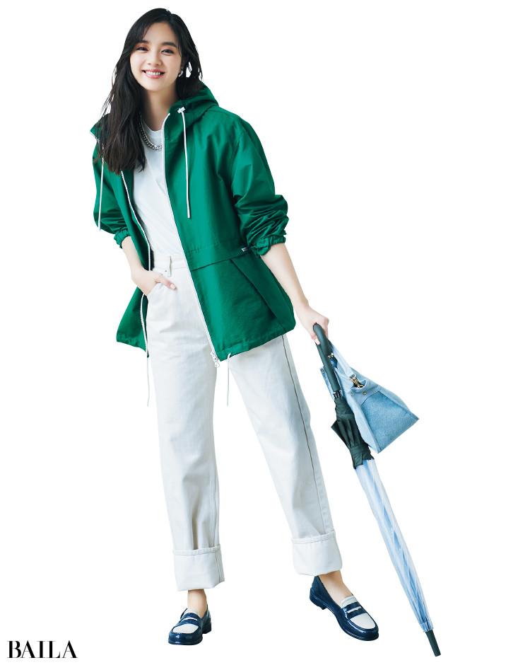 ホワイトコーデにグリーンのパーカをきかせた新川優愛