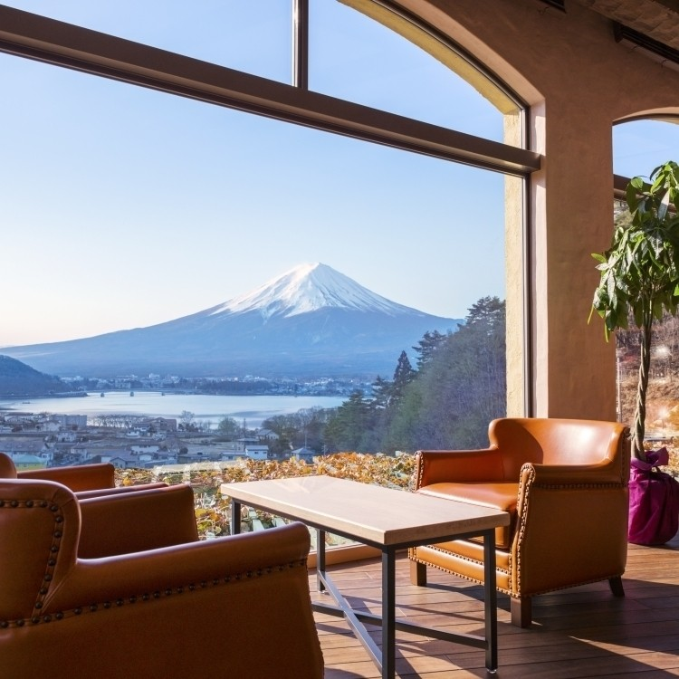 雄大な富士山を望むラウンジ