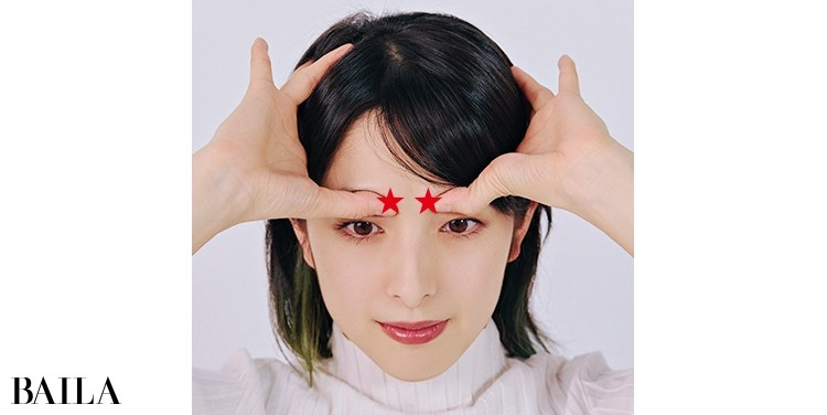 《1》親指の第一関節で眉頭の骨を押す×5回。その後、親指の腹で眉頭をプッシュ