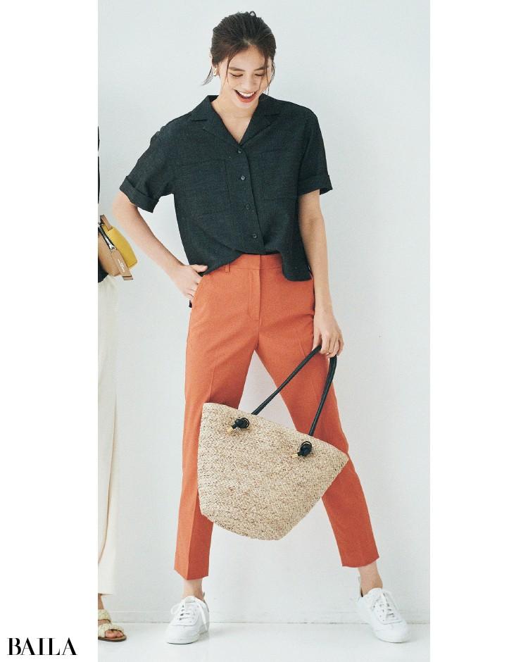 アンクレイヴのシャツと細身のパンツコーデの佐藤晴美