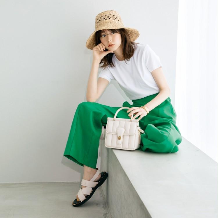 木曜日は、鮮やかなカラーパンツで白Tシャツを今季らしく!【30代今日のコーデ】