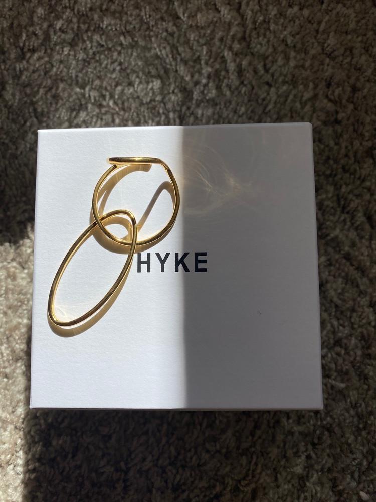 シンプル服にモダンに映える、HYKEのイヤカフ[エディターのおうち私物#259]_1