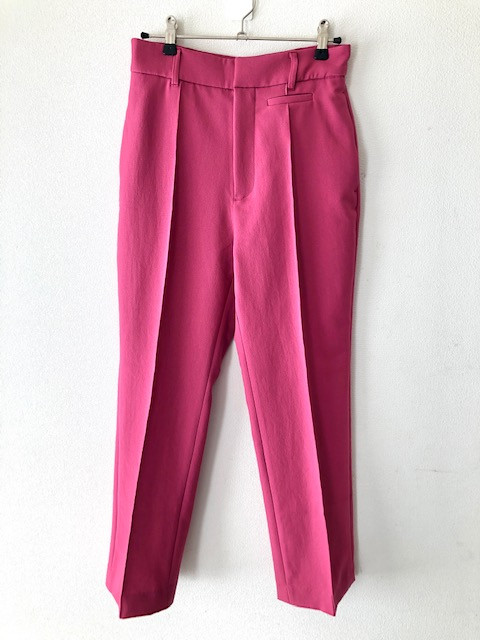 ミラオーウェン ①ローズピンクのセンタープレスパンツ ¥8910(税込)
