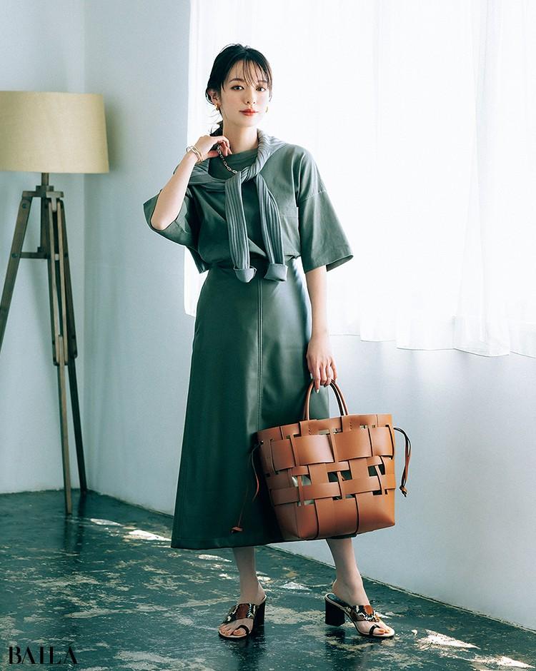 Tシャツと近似色のレザー調スカートとつなげたセルフセットアップコーデの森絵梨佳