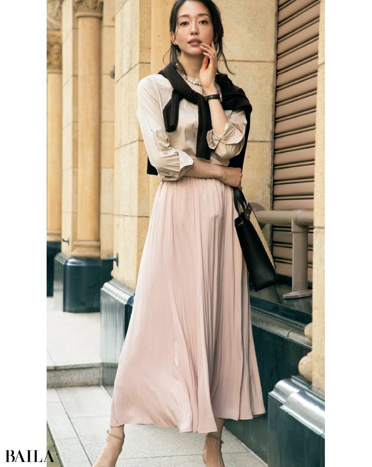 くすみピンクのスカートとブラウンニットのコーデ