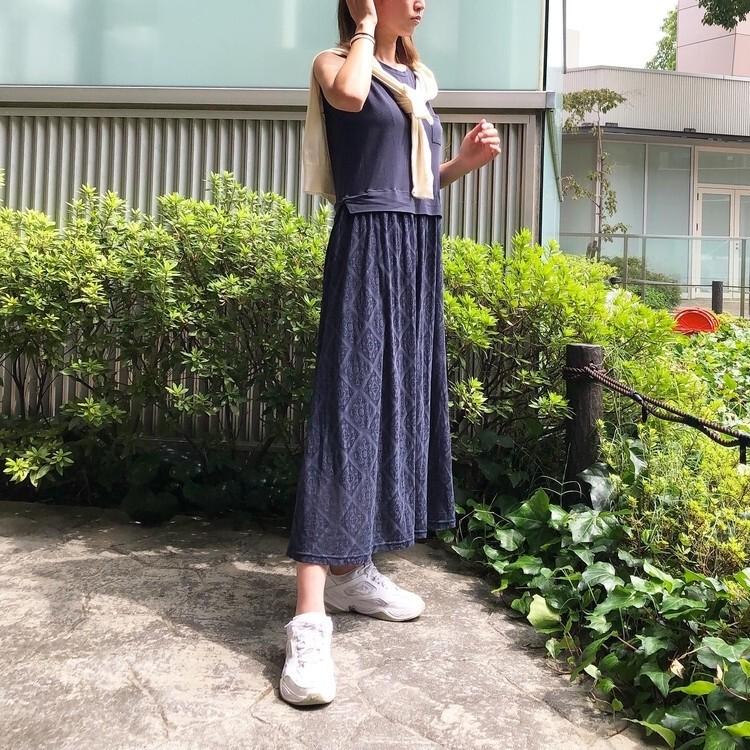 大人に似合う白スニーカー スーパーバイラーズ遠山春菜さんはワンピースにナイキの白スニーカー
