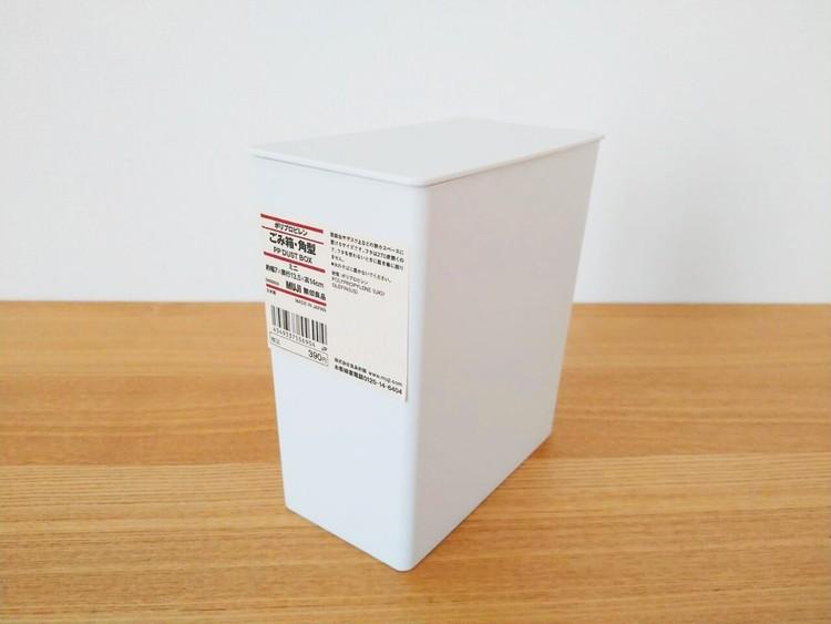 机に置いたポリプロピレンごみ箱・角型・ミニ
