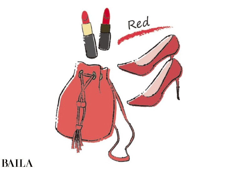 赤いバッグや靴でパワーアップ