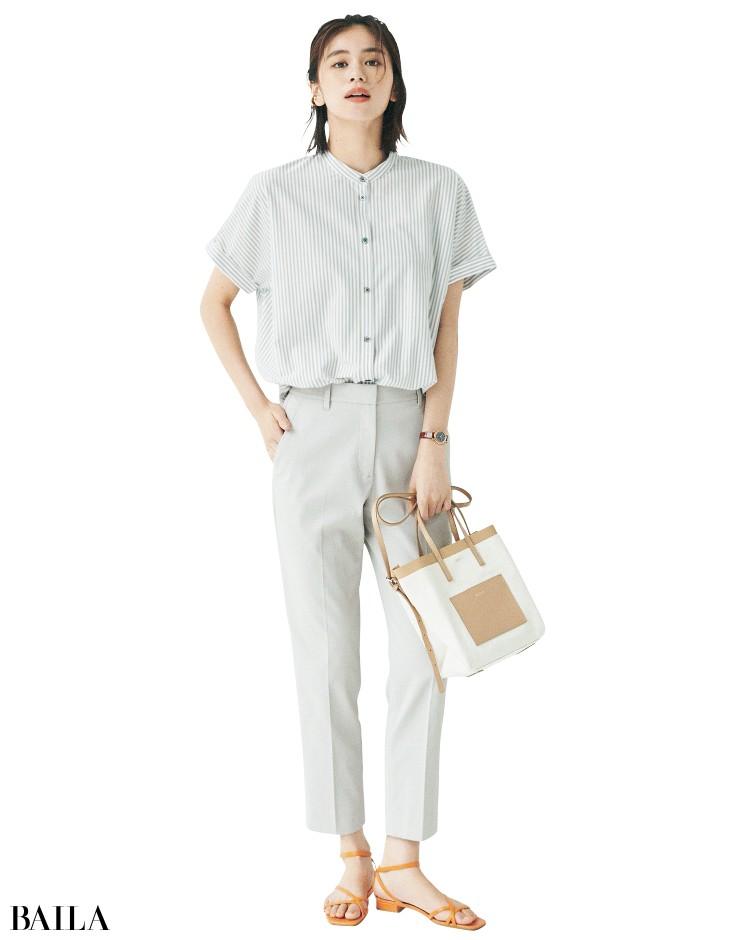 プラステのパンツとシックなシャツコーデの佐藤晴美