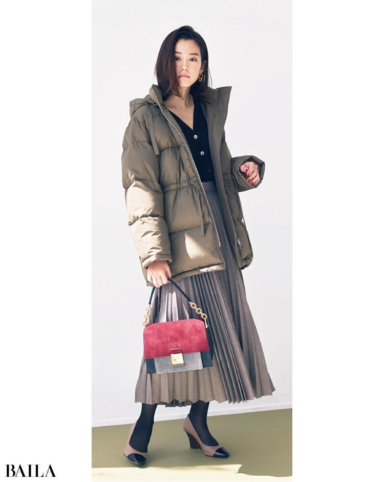 落ち着いたコーデの華やかさ足しには、おしゃれなビビット配色バッグが適任!
