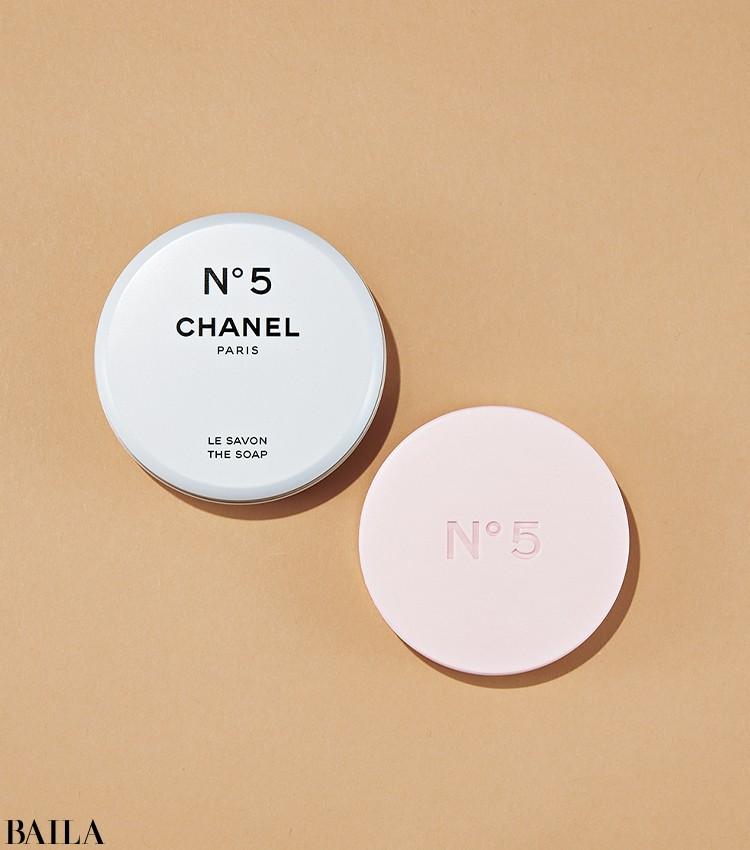 でも、この石けんならではの優しい香りだちを体験しないなんて無理! 至福のバスタイムに。シャネル N° 5 サヴォン 90g ¥6710/シャネル(限定品)