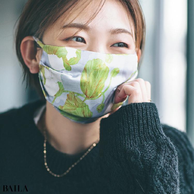 シルク素材の花柄マスクを使用する石田さん