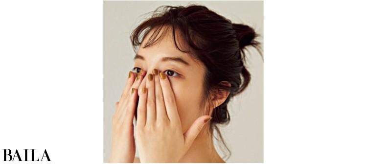 顔の中心を覆うように密着させる。