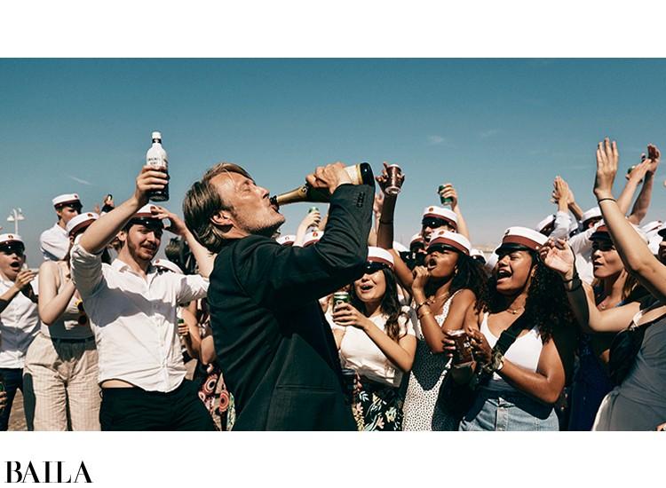 『アナザーラウンド』アカデミー賞国際長編映画賞を受賞した人間ドラマ。酒を飲み、アルコール血中濃度を保つ実験を行う、4人の中年男性の悲喜こもごも。デンマークの人気俳優、マッツ・ミケルセンの魅力が炸裂!
