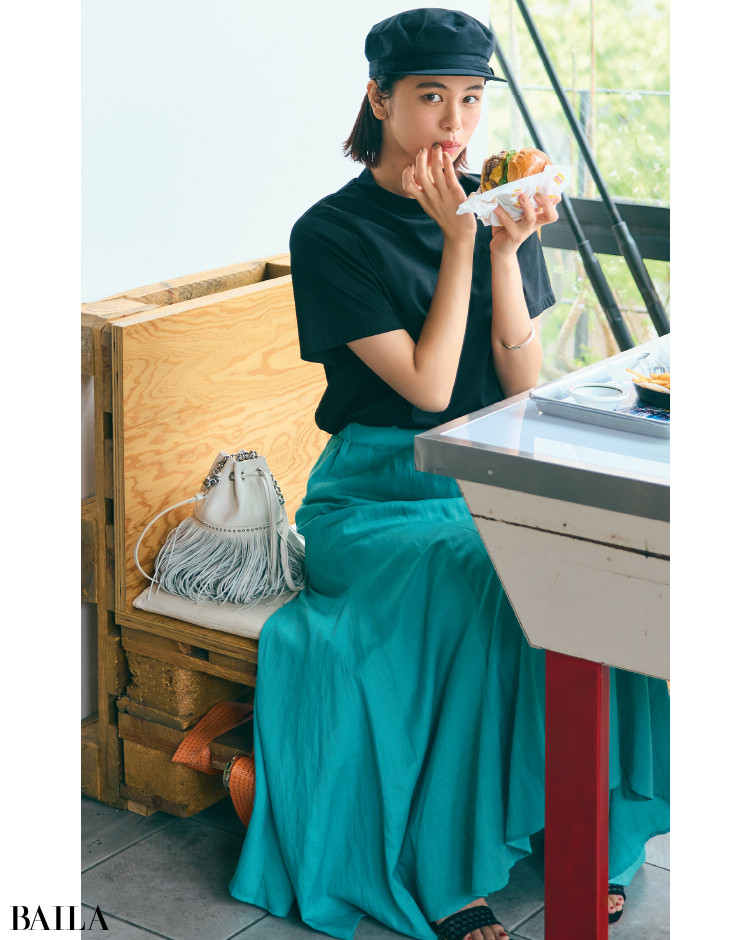 ドラマチックなスカートと黒Tシャツコーデの佐藤晴美