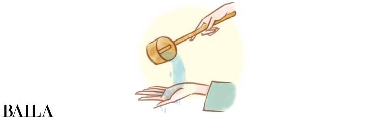 1 右手で柄杓を持ち水をくみ、左手を清める