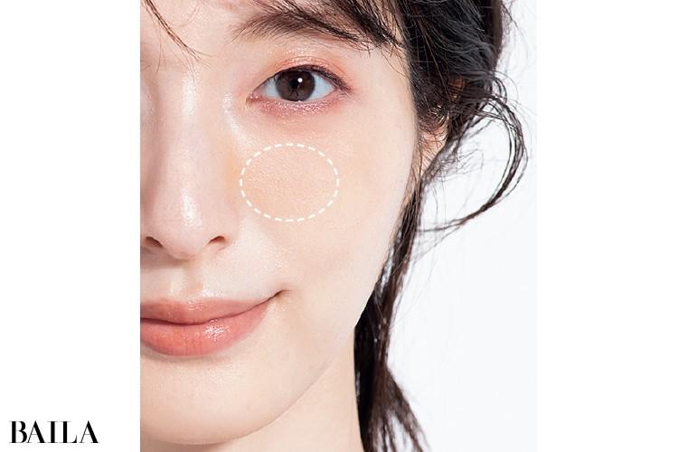 マスクの縁がカーブしているなら黒目の下〜鼻側の位置に丸く