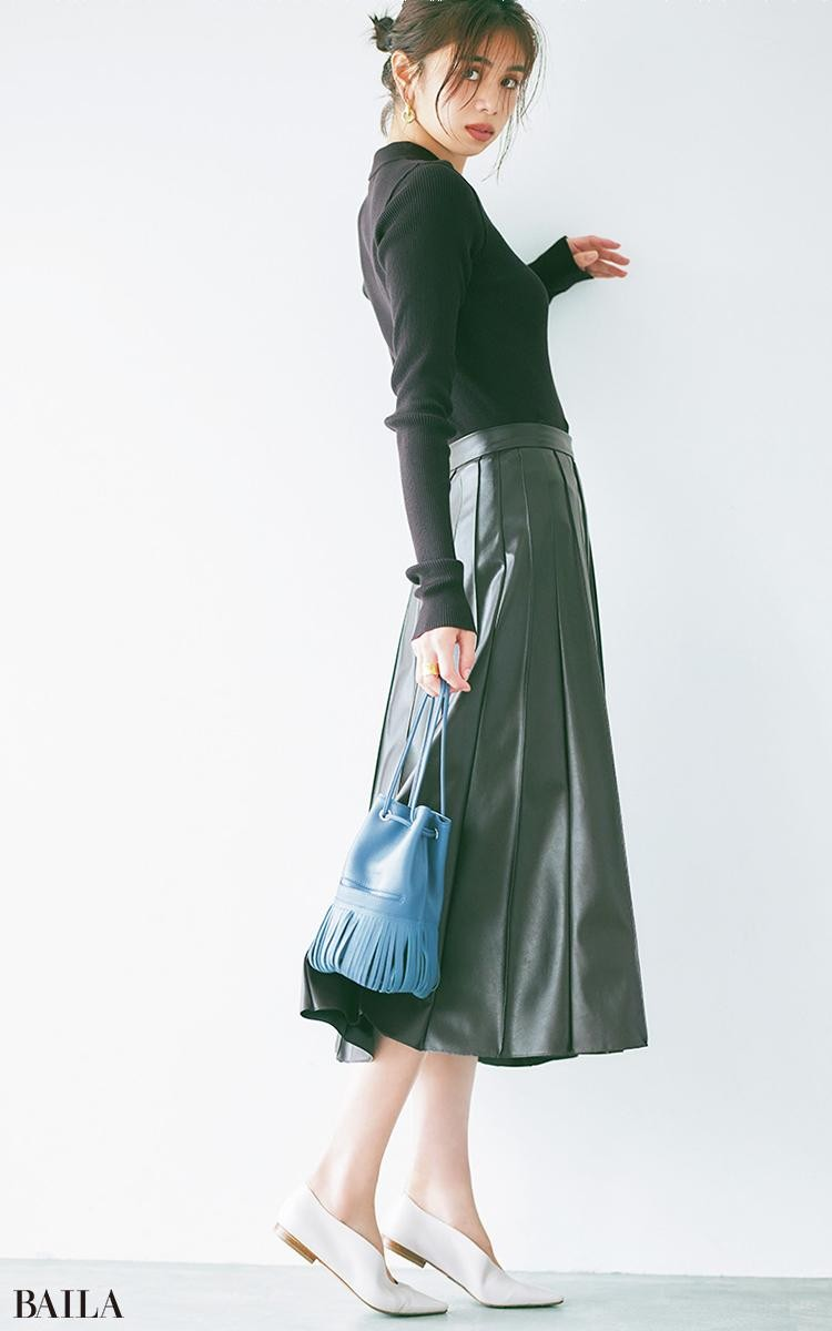 ニットポロとレザー調スカートを濃厚ブラウンのワントーンで