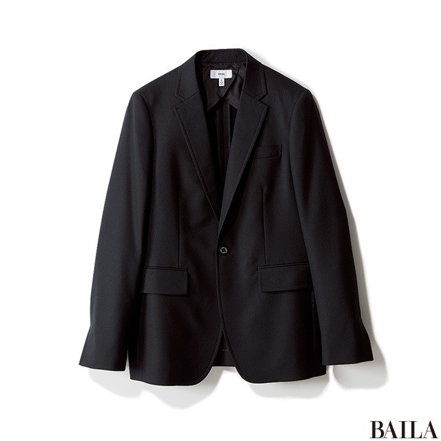 定番ブラックタートル×ジャケットは、ベージュパンツで今年らしく_2_1