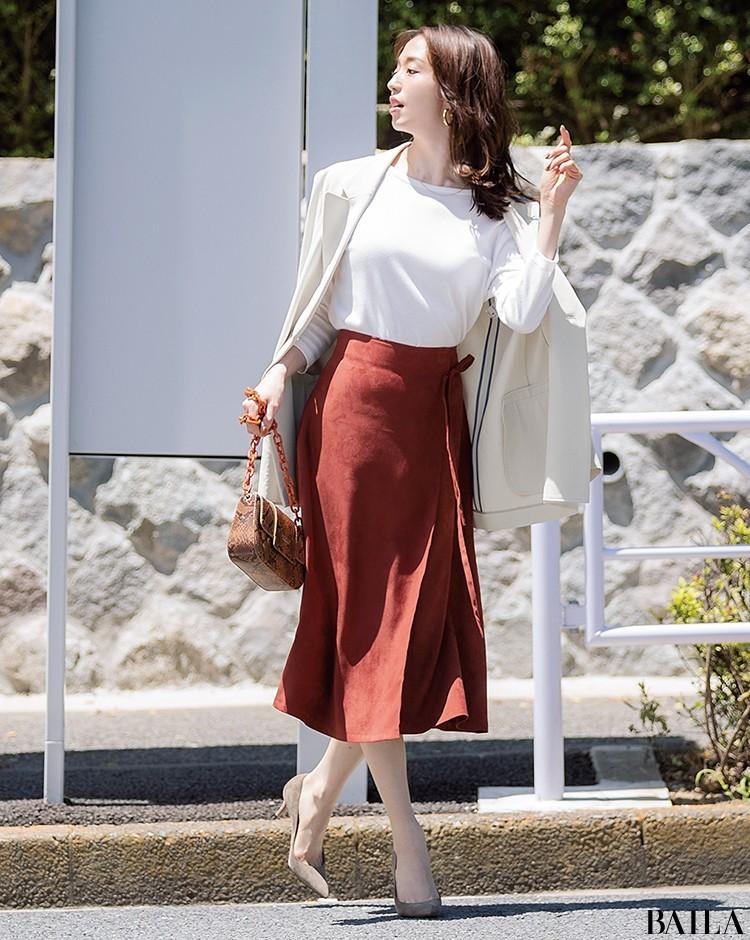 フェミニンなスカートと合わせて可愛げあるジャケットスタイル