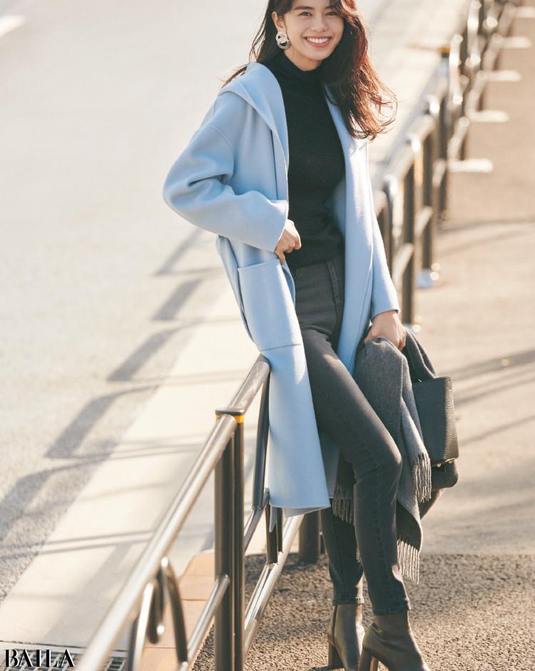 きれい色コートと着るなら黒デニムと色をつなげてほっそり Iラインを強調
