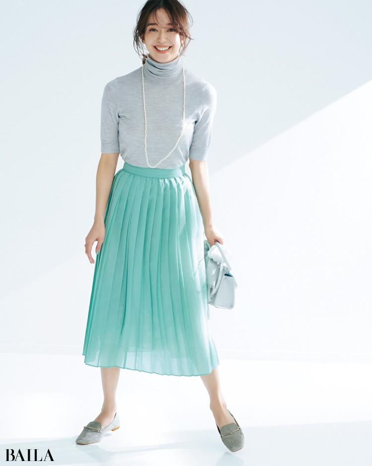 リザード調の素材のローファーとスカートコーデの松島 花