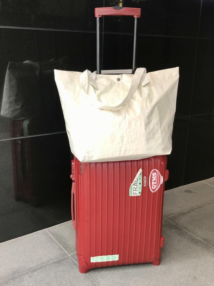 軽く丈夫で雨にも強い、無印良品のポリエチレンシート・トートバッグ(¥499)旅行や出張のサブバッグにおすすめ