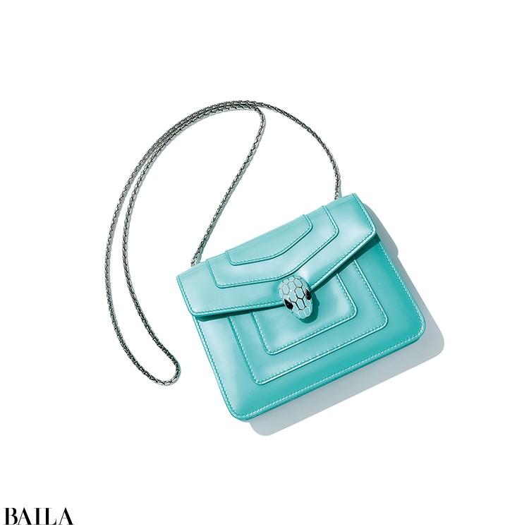 【BVLGARI】  「注目の新作バッグは夏スタイルにぴったりのターコイズカラーを指名」(スタイリストI)