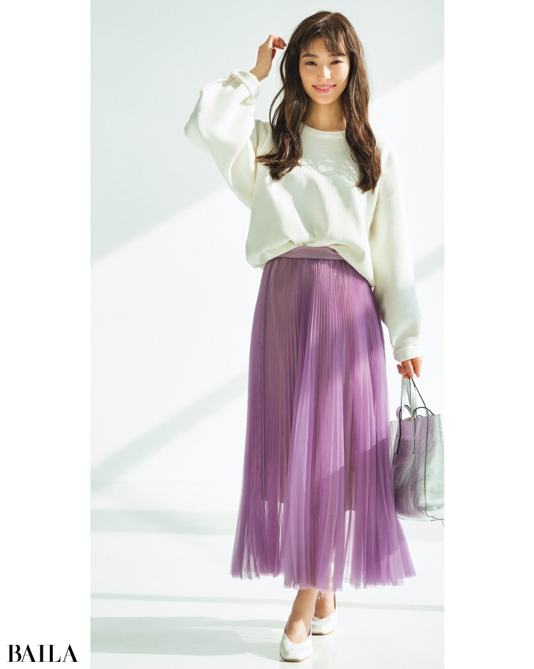 オーガンジースカートとプルオーバーコーデの宮本茉由