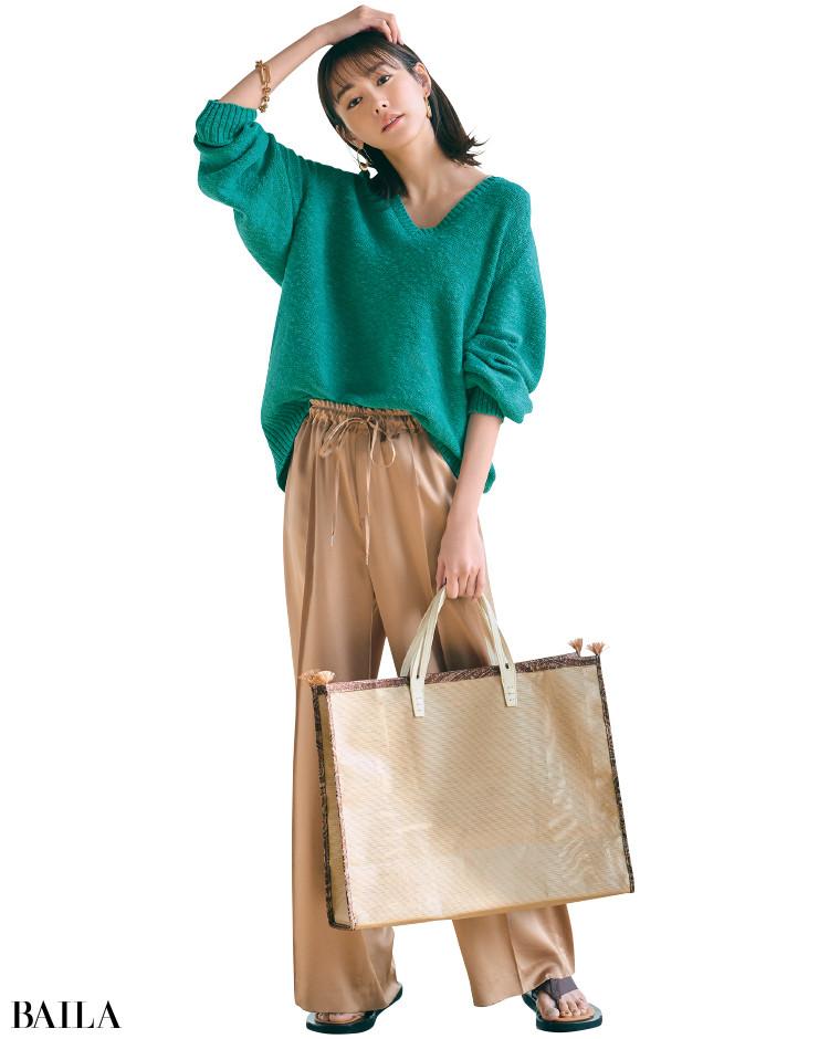 青みがかったグリーンニットとパンツのシンプルなワンツーコーデの桐谷美玲