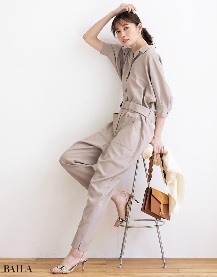 端正なバッグやきゃしゃなサンダルで、 ほんのり香るワーク感を気負わない大人っぽさに昇華