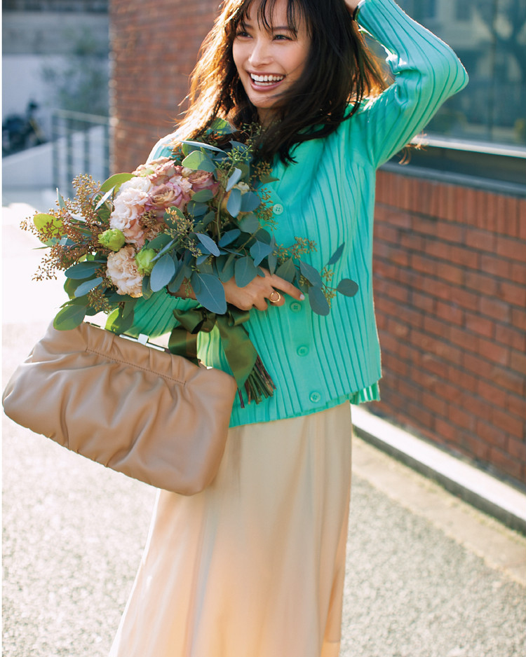 火曜日は、透明感を引き出すグリーンカーデで美女感アップ【30代今日のコーデ】