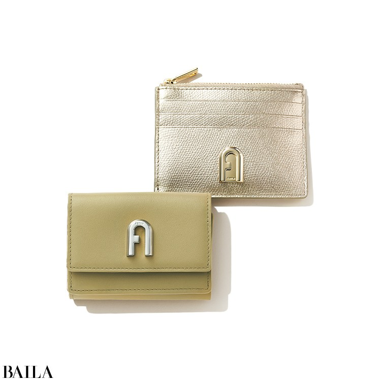 アーチロゴがシルバーになりよりモダンに進化したライトカーキのお財布と新色のゴールドが華やかなカードケース、どちらも見逃せない。